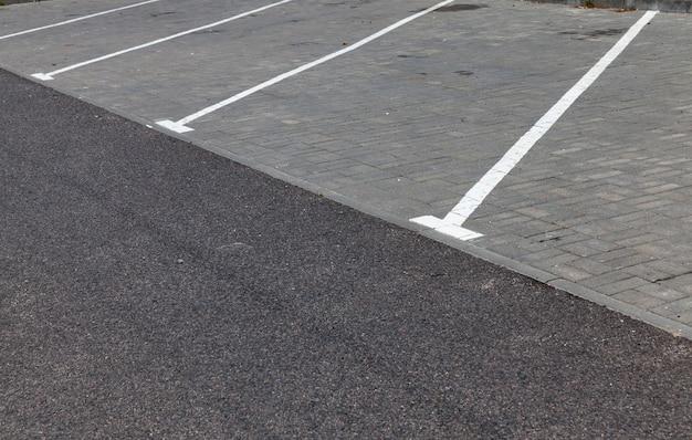 駐車場の長い車線の白い道路標示