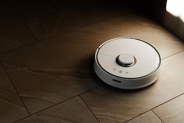 바닥에 흰색 로봇 진공 청소기
