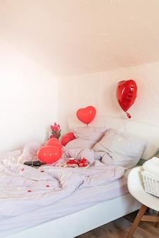 레드 하트 baloons와 화이트 로맨틱 발렌타인 데이 침실