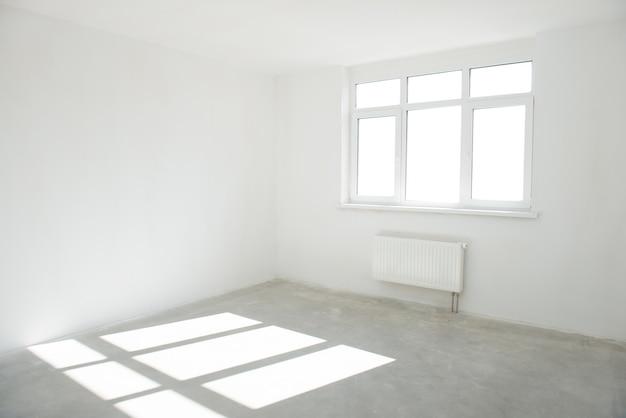 빛이 가득한 창문이있는 화이트 룸