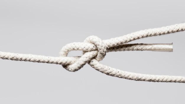 흰 밧줄과 기본 매듭