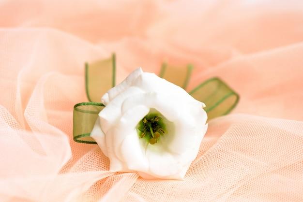 布は白いバラ