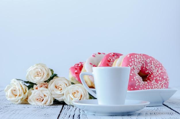 白バラと白のブラックコーヒー