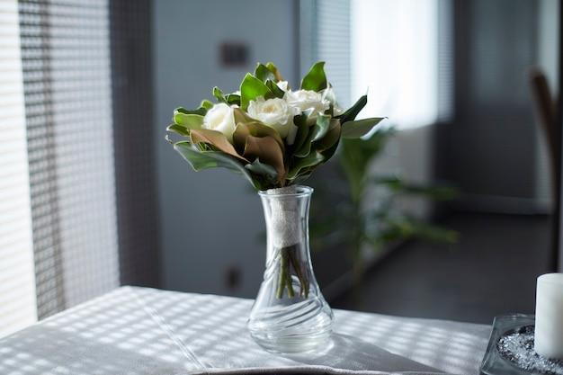 크리스탈 꽃병에 흰색 장미 꽃다발
