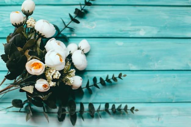 白いバラの緑と美しい木製のテーブルギフト
