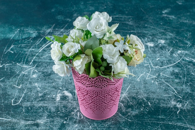 白い背景の上のピンクの植木鉢の白いバラ。高品質の写真
