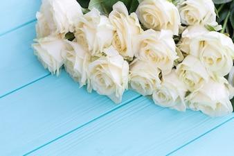 Белые розы на бирюзовом фоне. Белые розы, бирюзовый деревянный фон