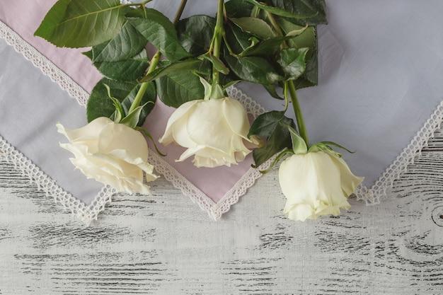 木製の背景に白いバラ。セレクティブフォーカス、コピースペース