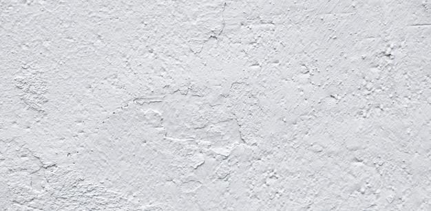 거칠기와 균열이 있는 흰색 거친 콘크리트 벽