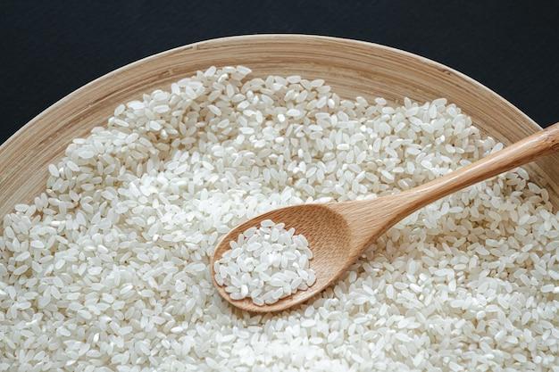 나무 또는 대나무 숟가락에 흰 둥근 쌀