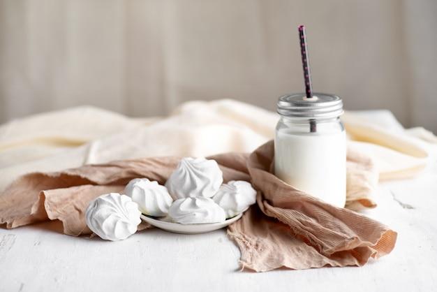 Белый русский зефир в миске на деревянном столе. натюрморт, выборочная направленность.