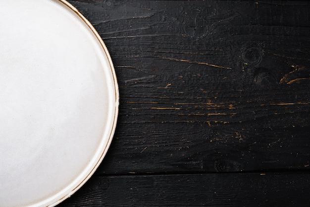 텍스트 또는 음식을 위한 복사 공간이 있는 흰색 소박한 세라믹 플레이트 세트