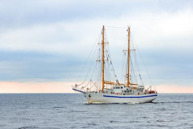 ヨーロッパのバルト海から来る白い帆船