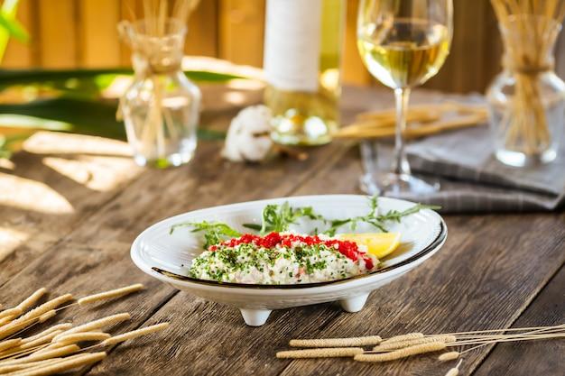 Белый салат с красной икрой тобико и зеленым луком