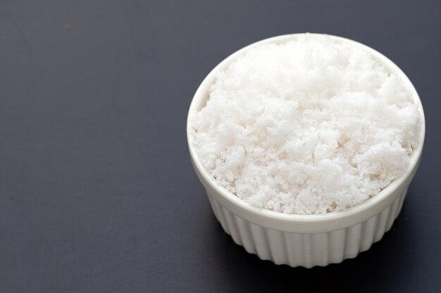 Белая соль на темном фоне.