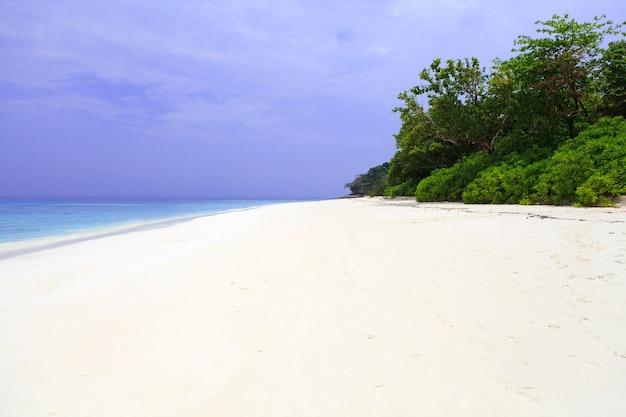 Белый песчаный пляж и голубое небо.