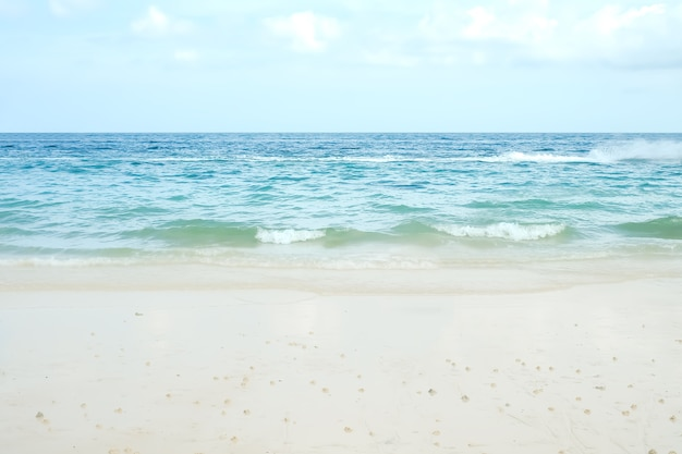 Белый песчаный пляж на побережье с синим морем. океан на острове ко лан в паттайе, таиланд. на открытом воздухе природа пейзажный фон. для туризма тропический отдых расслабьтесь летнее путешествие в отпуск.