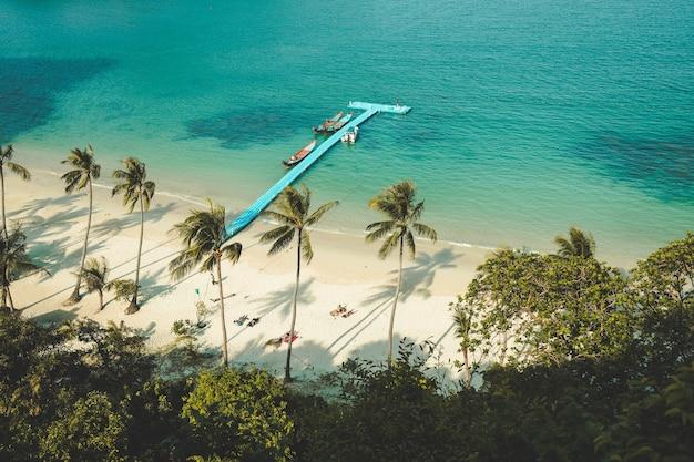 Белый песок пляж причал океан пальмы таиланд удивительный пейзаж уютный пляж в окружении экзотики