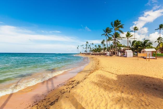 Белый песчаный пляж с шезлонгами и зонтиками на острове маврикий