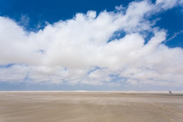 Панорама белых песчаных дюн из национального парка ленсойс мараньенсес, бразилия. лагуна с дождевой водой. бразильский пейзаж