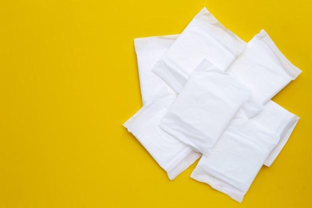 노란색 표면에 흰색 위생 패드