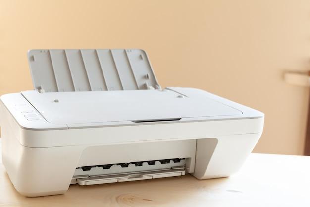 흰색 스캐너 또는 테이블에 프린터 기계를 닫습니다.