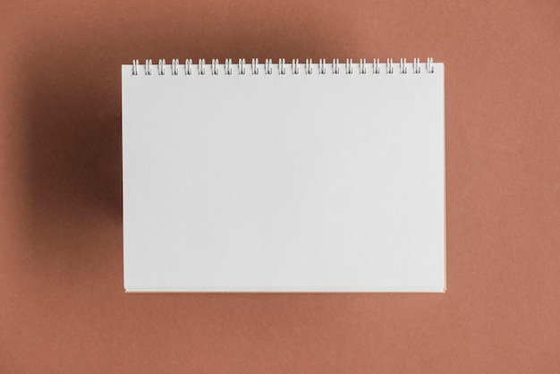 Белый записки на коричневом фоне
