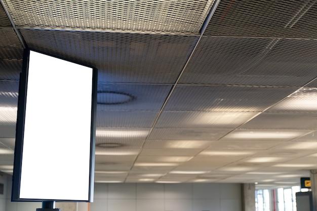 Белый экран пустой макет уличного плаката в аэропорту.