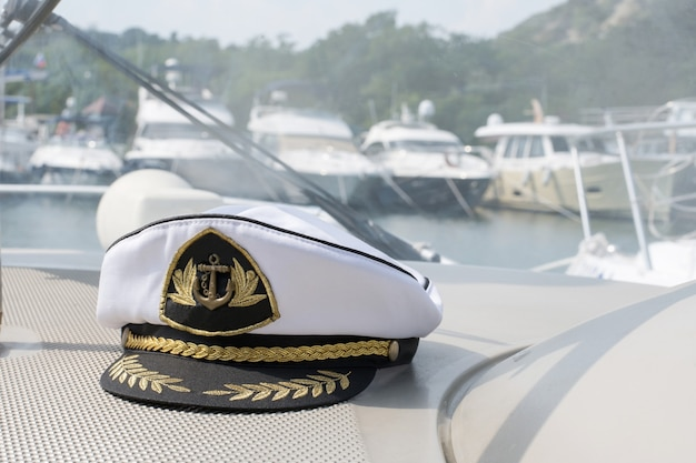 Фуражка капитана белого моря на торпедо катера, катера припаркованы