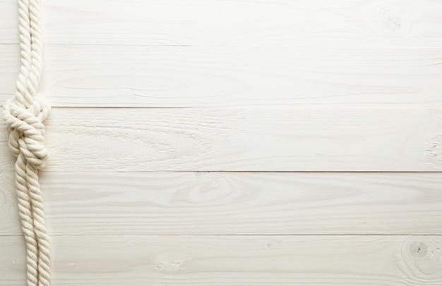 白い木製の背景に白い海の結び目