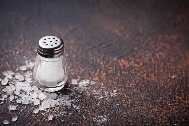 Белая морская соль на ржавом фоне