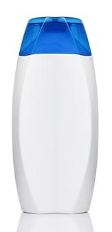 Белая бутылка шампуня с синей крышкой на белом фоне крупным планом
