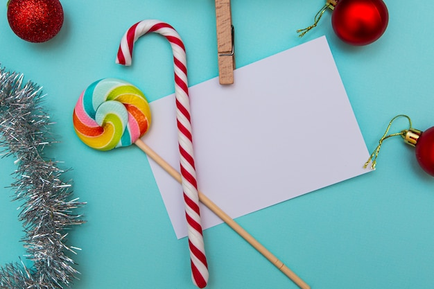 碑文、キャンディー、ギフト、青のクリスマスのおもちゃのための白いシーツ