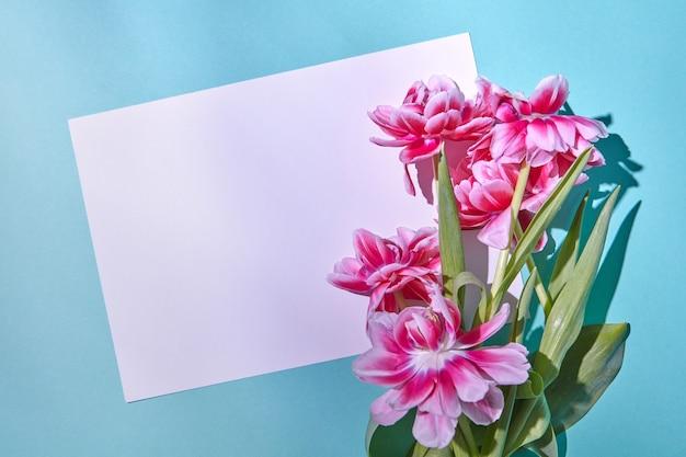 ピンクの美しい花のコーナーフレームとテキストの白い紙