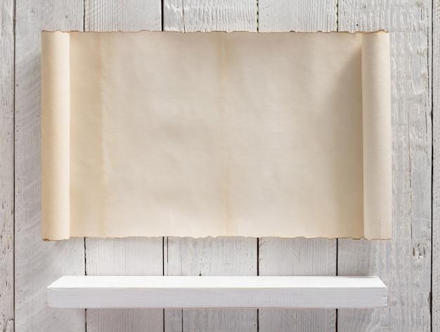 Белая полка на деревянной стене фоновой текстуры