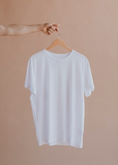 ハンガーの白いシャツ