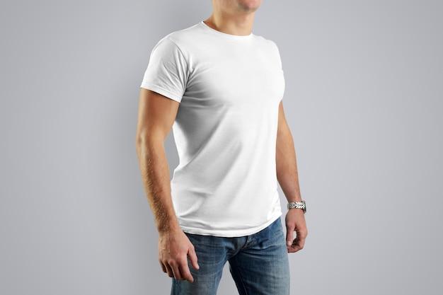 サンプルデザインの男の白いシャツ。白い壁に孤立した男。