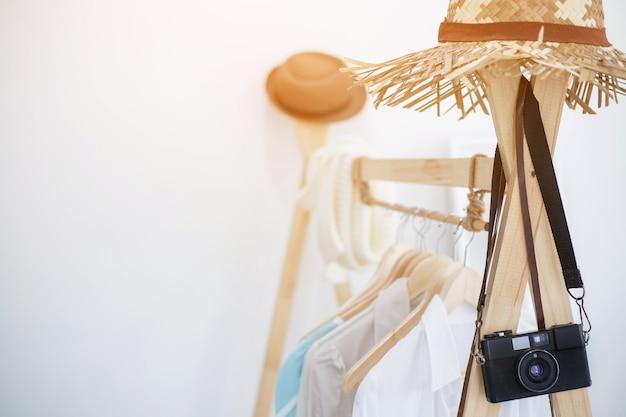 白いシャツは木製の衣服の棚にぶら下がっている