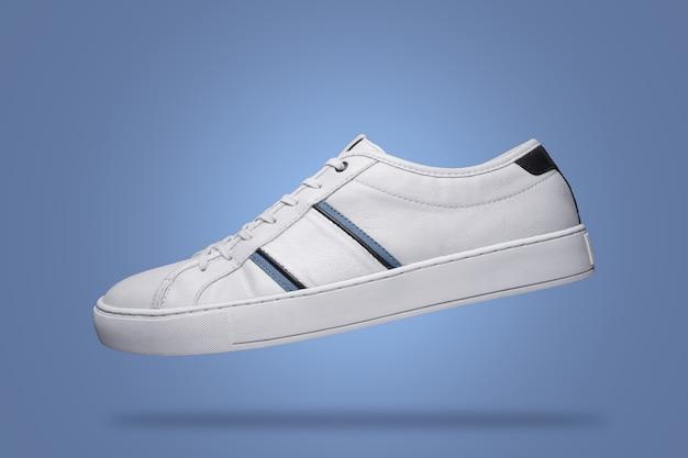 파란색 배경에 떠 있는 흰색 신발