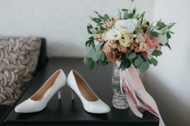 White shoes and a bridal bouquet for the wedding.
