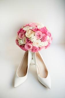 신부를위한 흰색 신발 핑크 웨딩 부케 전에 서