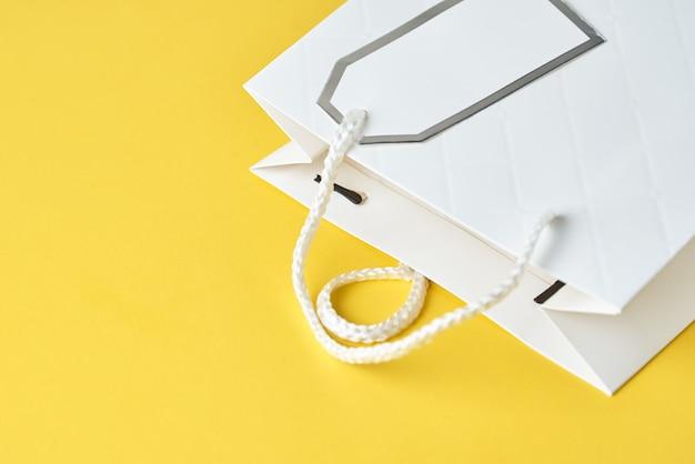 白い買い物袋
