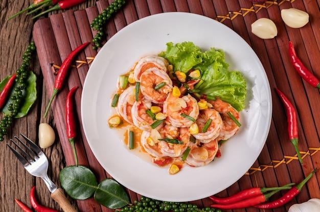 Салат из белых креветок с салатом кукуруза и зеленый лук