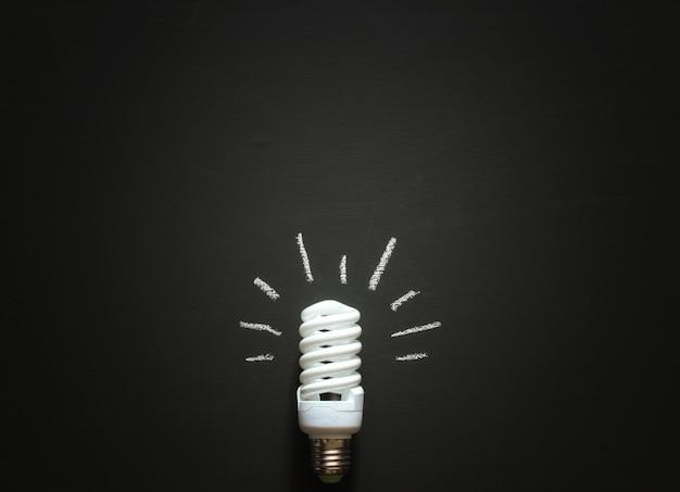 黒板に横たわっているチョークで描かれた光で白いシャットダウンランプ