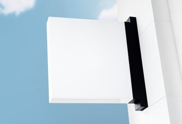 空を背景にビンテージスタイルのコピースペースと白い看板