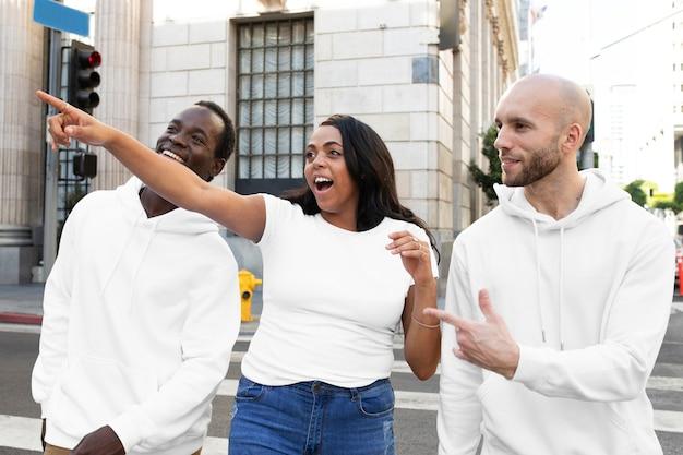 白のシンプルなアパレルストリートスタイルの男性と女性の服の屋外撮影