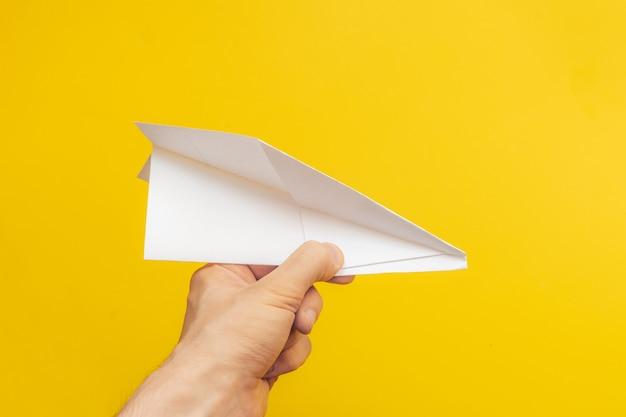 白いシンプルな折り紙紙飛行機