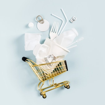 Белый одноразовый пластик в корзине. концепция окружающей среды, загрязнения. плоская планировка, вид сверху