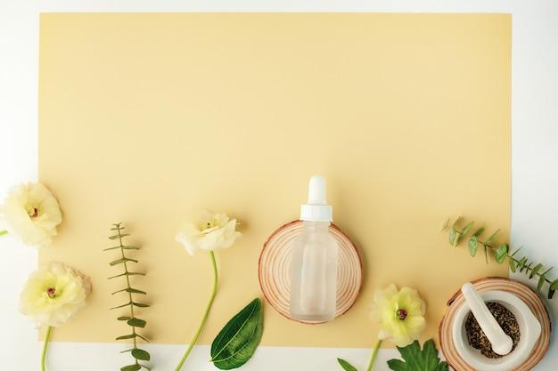 花と自然の葉のドロッパーテンプレート付きの白いスキンケアボトル。美容化粧品です。