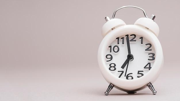 컬러 배경 흰색 작은 알람 시계